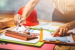 Ένα άτομο λογιστών εργατικό με το φόρο εισοδήματος οικονομικό του busin Στοκ φωτογραφία με δικαίωμα ελεύθερης χρήσης