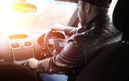 Ένα άτομο οδηγεί ένα αυτοκίνητο Ο οδηγός οδηγεί με το αυτοκίνητο κατά μήκος του δρόμου Στοκ Εικόνες