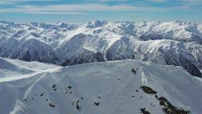 Ένα άτομο πάνω από το βουνό, ζαλίζοντας πολλαπλάσια βουνά στο υπόβαθρο, 4k απόθεμα βίντεο