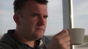Ένα άτομο πίνει τον καφέ αργά Κινηματογράφηση σε πρώτο πλάνο, σε αργή κίνηση απόθεμα βίντεο