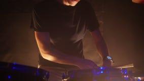 Ένα άτομο παίζει τα τύμπανα για μια απόδοση ορχηστρών ροκ στη λέσχη απόθεμα βίντεο