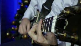 Ένα άτομο παίζει την ηλεκτρο κιθάρα Κινηματογράφηση σε πρώτο πλάνο απόθεμα βίντεο