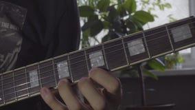 Ένα άτομο παίζει το α σόλο σε μια ηλεκτρική κιθάρα απόθεμα βίντεο