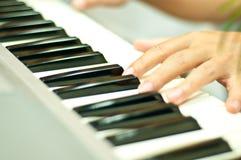 Ένα άτομο παίζει το πιάνο Στοκ φωτογραφία με δικαίωμα ελεύθερης χρήσης