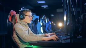 Ένα άτομο παίζει videogame σε μια λέσχη κατά μια πλάγια όψη φιλμ μικρού μήκους