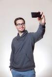 Ένα άτομο παίρνει ένα selfie με το τηλέφωνό του στοκ εικόνα