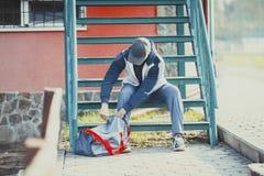 Ένα άτομο παίρνει έτοιμο στο workout Στοκ Εικόνες