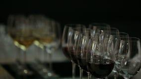 Ένα άτομο παίρνει το ποτήρι του κρασιού σε ένα βράδυ-κόμμα απόθεμα βίντεο