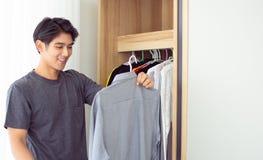 Ένα άτομο παίρνει το πουκάμισό του στοκ εικόνες με δικαίωμα ελεύθερης χρήσης