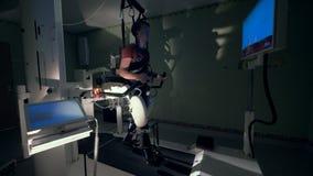 Ένα άτομο περνά από μια φυσική κατάρτιση σε μια συσκευή προσομοίωσης περπατήματος απόθεμα βίντεο