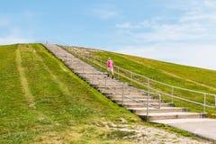 Ένα άτομο περπατά επάνω τα βήματα στο υποστήριγμα Trashmore Στοκ εικόνες με δικαίωμα ελεύθερης χρήσης