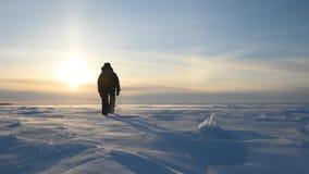 Ένα άτομο περπατά μέσω μιας χιονοθύελλας στη χιονώδη αγριότητα φιλμ μικρού μήκους