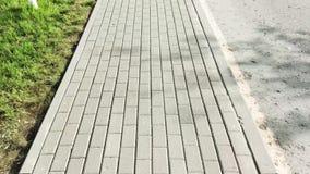 Ένα άτομο περπατά στο πεζοδρόμιο και αφαιρεί το δρόμο E φιλμ μικρού μήκους