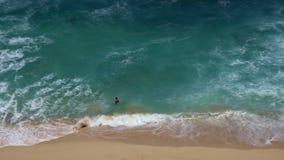 Ένα άτομο πηγαίνει να κολυμπήσει στον ωκεανό απόθεμα βίντεο