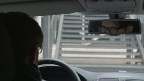 Ένα άτομο πηγαίνει στο αυτοκίνητο απόθεμα βίντεο
