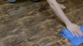 Ένα άτομο πλένει το ύφασμα πατωμάτων Το αρσενικό χέρι σκουπίζει το φύλλο πλαστικού, η οικοκυρική ατόμων ` s, 4K φιλμ μικρού μήκους