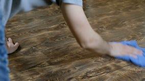 Ένα άτομο πλένει το ύφασμα πατωμάτων Το αρσενικό χέρι σκουπίζει το φύλλο πλαστικού, η οικοκυρική ατόμων ` s, 4K απόθεμα βίντεο