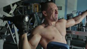 Ένα άτομο που αντλεί το σώμα του στη γυμναστική απόθεμα βίντεο