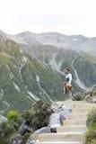 Ένα άτομο που απολαμβάνει τη φυσική θέα κατά μήκος του ίχνους περπατήματος στις μπλε λίμνες και την άποψη παγετώνων Tasman, Aorak Στοκ Φωτογραφίες