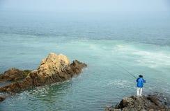 Ένα άτομο που αλιεύει στη θάλασσα Στοκ φωτογραφία με δικαίωμα ελεύθερης χρήσης