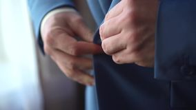Ένα άτομο που βάζει σε ένα σακάκι απόθεμα βίντεο