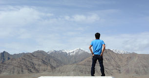 Ένα άτομο που βλέπει τα βουνά Στοκ Εικόνα