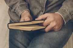 Ένα άτομο που διαβάζει ένα βιβλίο στο σπίτι στοκ φωτογραφίες με δικαίωμα ελεύθερης χρήσης