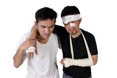 Ένα άτομο που εκκενώνεται τραυματισμένο άλλη βοήθεια ` s που απομονώνεται με Στοκ Εικόνες