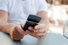 Ένα άτομο που εξετάζει το κινητό τηλέφωνο του Στοκ φωτογραφίες με δικαίωμα ελεύθερης χρήσης