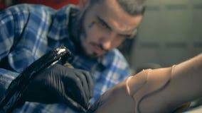 Ένα άτομο που επισύρει την προσοχή μια δερματοστιξία σε έναν τεχνητό βραχίονα, βιονική πρόσθεση απόθεμα βίντεο