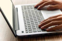 Ένα άτομο που εργάζεται με το lap-top Στοκ φωτογραφία με δικαίωμα ελεύθερης χρήσης