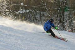 Ένα άτομο που κάνει σκι κάτω από την κλίση σκι Στοκ φωτογραφία με δικαίωμα ελεύθερης χρήσης