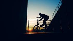 Ένα άτομο που κάνει τις ακροβατικές επιδείξεις σε ένα ηλιοβασίλεμα backgrouns, σε αργή κίνηση φιλμ μικρού μήκους