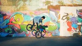 Ένα άτομο που κάνει τις ακροβατικές επιδείξεις σε ένα ποδήλατο, άλμα, σε αργή κίνηση απόθεμα βίντεο