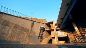 Ένα άτομο που κάνει τις ακροβατικές επιδείξεις σε ένα ποδήλατο, σε αργή κίνηση απόθεμα βίντεο