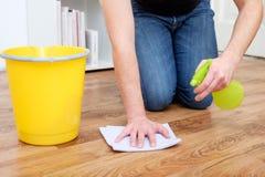 Ένα άτομο που καθαρίζει ένα άτομο παρκέ Α που καθαρίζει ένα παρκέ στοκ εικόνες