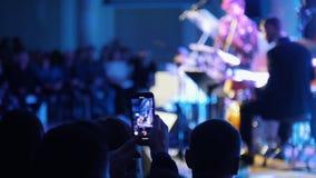 Ένα άτομο που καταγράφει την απόδοση τζαζ στο τηλέφωνό του απόθεμα βίντεο