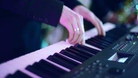 Ένα άτομο που παίζει σε έναν συνθέτη απόθεμα βίντεο