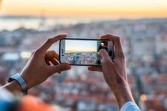 Ένα άτομο που παίρνει μια εικόνα της εικονικής παράστασης πόλης στοκ φωτογραφίες