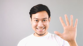 Ένα άτομο που παρουσιάζει χέρι υπογράφει το πέμπτο ή το τελευταίο πράγμα Στοκ Εικόνες