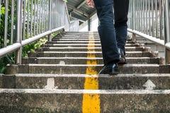 Ένα άτομο που περπατά overpass Στοκ Εικόνα