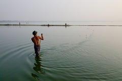 Ένα άτομο που πιάνει τα ψάρια στη λίμνη στο Mandalay, το Μιανμάρ Στοκ φωτογραφίες με δικαίωμα ελεύθερης χρήσης