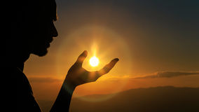 Ένα άτομο που πιάνει τον ήλιο Στοκ Φωτογραφία