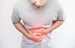 Ένα άτομο που πιέζει το στομάχι του, με το κόκκινο κυριώτερο σημείο του πόνου στομαχιών και άλλοι έννοια ασθενειών στομαχιών, στο Στοκ Εικόνα