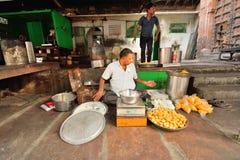 Ένα άτομο που πωλεί Ινδό τσιμπά σε ένα εστιατόριο ακρών του δρόμου Στοκ εικόνα με δικαίωμα ελεύθερης χρήσης
