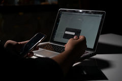 Ένα άτομο που πληρώνει για on-line να ψωνίσει Στοκ Εικόνα