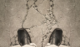 Ένα άτομο που στέκεται στο έδαφος ρωγμών Στοκ Εικόνες