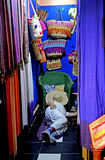Ένα άτομο που στηρίζεται στο κατάστημά του στο παζάρι του Μαρακές Στοκ εικόνα με δικαίωμα ελεύθερης χρήσης