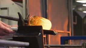 Ένα άτομο που σφυρηλατεί ένα μέταλλο απόθεμα βίντεο