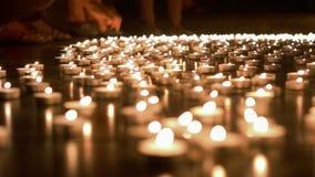 Ένα άτομο που τοποθετεί το κερί στην ομάδα κεριών απόθεμα βίντεο
